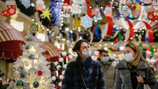 Rusia se enfrenta a un rebrote de la pandemia en mitad de los preparativos navideños. (EFE/EPA/Yuri Kochetkov)