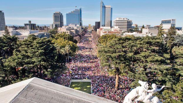 Sacramento, en California, fue otra de las ciudades que acogieron una gran marcha de las mujeres este domingo. (@TheRickyDavila)