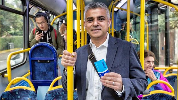 Sadiq Khan, el candidato laborista y favorito en las encuestas, promoviendo el ticket válido por una hora en los autobuses de Londres durante la campaña. (@SadiqKhan)