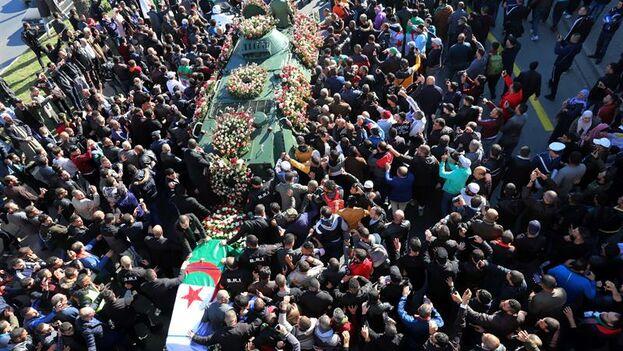Un millar de personas rindieron homenaje a Gaid Salah en el exterior, ya que sólo se permitió entrar a miembros del Gobierno y la Administración, además de a altos dirigentes militares. (EFE/EPA/Mohamed Messara)