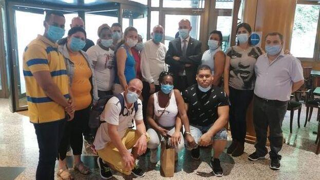 La brigada médica con el ministro de Salud andorrano, Joan Martínez Benazet. (Captura)
