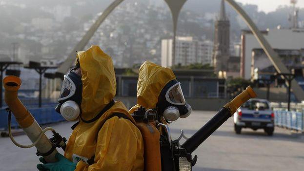 La operación de la secretaría de Salud de la ciudad de Río de Janeiro busca eliminar los focos del mosquito Aedes aegypti, que transmite el dengue, la chikungunya y el zika. (EFE)