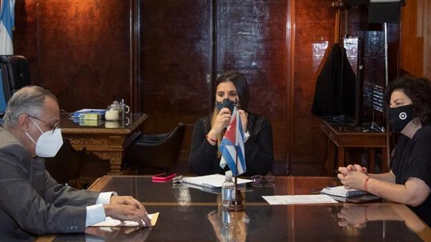 La ministra de Salud, Carla Vizzotti se reunió el 29 de marzo con el embajador de Cuba en Buenos Aires, Pedro Pablo Prada Quintero. (Clarín)