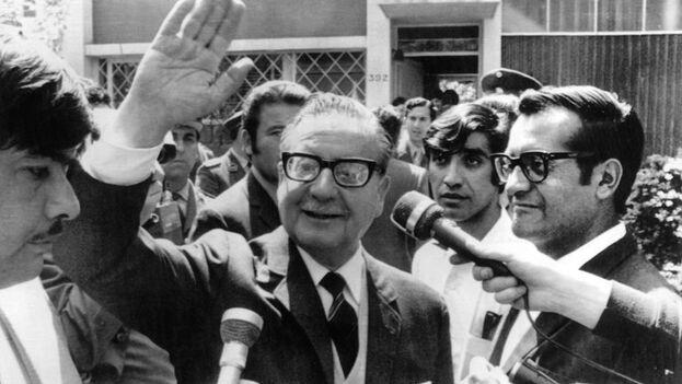 Salvador Allende en noviembre de 1970, tras ser confirmada su victoria en las urnas. (EFE/CAA/Archivo)