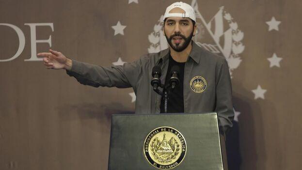 El presidente de El Salvador, Nayib Bukele, habla durante una conferencia de prensa en San Salvador. (EFE)