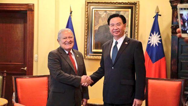 El presidente salvadoreño Salvador Sánchez Cerén se reunió con Jaushieh Joseph Wu, ministro de Relaciones Exteriores taiwanés, el pasado julio. (@sanchezceren)