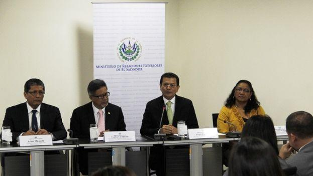 El canciller de El Salvador con su equipo en el ministerio de Exteriores. (Ministerio de Relaciones Exteriores El Salvador)