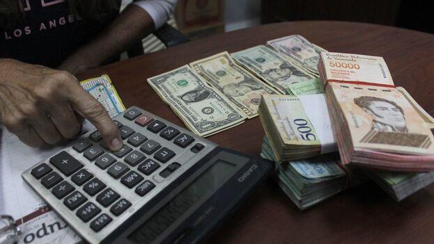 Una mujer cuenta billetes en San Cristóbal, Venezuela. (EFE/Johnny Parra)