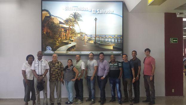 Los 11 activistas cubanos retenidos en el aeropuerto de San Salvador. (Facebook/ Henry Constantin)