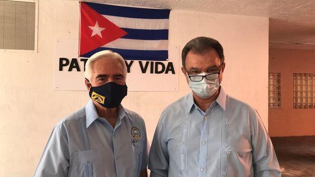 Johnny de la Cruz, presidente de la Brigada 2506, y Ramón Saúl Sánchez, líder del Movimiento Democracia, en Miami, Florida. (EFE/