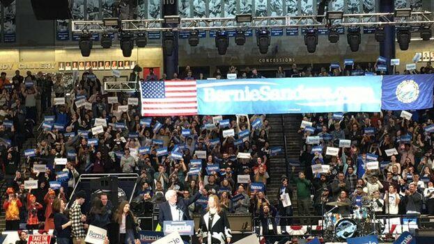 En el mitin de Sanders actuó el popular grupo The Strokes.