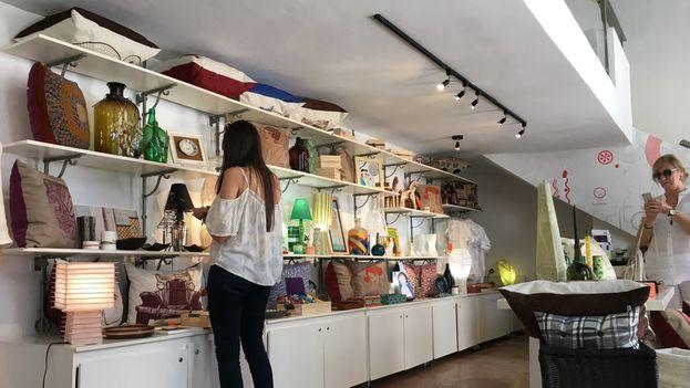 Sandra de Huelbes, diseñadora, y María Victoria Benito, arquitecta, llevan la tienda y cafetería 'Piscolabis'. (14ymedio)