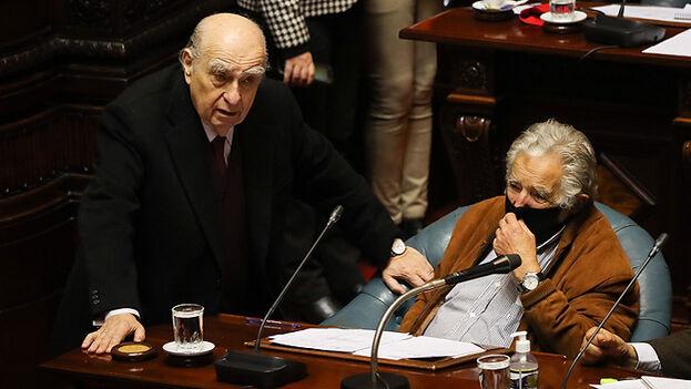 José Mujica y Julio María Sanguinetti dieron un paso al costado y el Senado los despidió en un Palacio Legislativo colmado de aplausos, lágrimas y sentimiento democrático. (EFE)