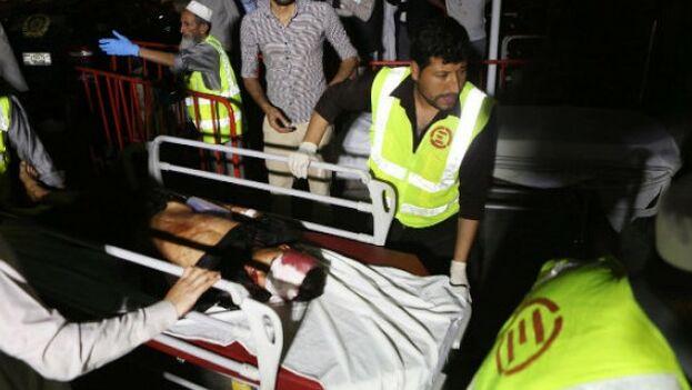 Sanitarios trasladan a un niño herido en el ataque suicida en una boda en Kabul. (EFE)