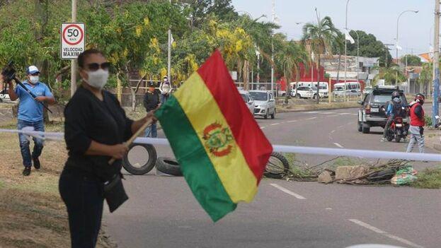 Un grupo de vecinos bloquea una de las principales avenidas este viernes en Santa Cruz, Bolivia, en protesta por los resultados de las pasadas elecciones. (EFE/Juan Carlos Torrejón)