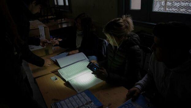 Las elecciones siguieron celebrándose sin luz en las provincias argentinas de Santa Fe, San Luis y Formosa. (EFE)