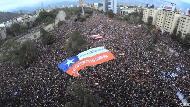 La protesta de este sábado en Santiago de Chile fue multitudinaria y llevó a Piñera a expresar que toma nota de las reivindicaciones. (EFE)