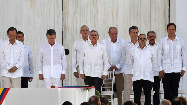 """Santos y """"Timochenko"""" firman acuerdo de paz en Colombia. (EFE)"""