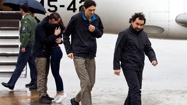Ángel Sastre (derecha) y Antonio Pampliega (abrazando a un familiar) tras su secuestro en Siria. (EFE)