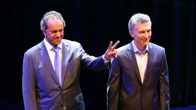 Scioli hace el gesto de la victoria tras el debate presidencial aunque las encuestas dieron por vencedor a Macri. (@danielscioli)