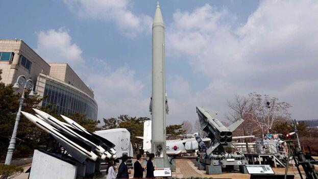 Los surcoreanos miran un misil balístico táctico Scud-B de Corea del Norte en exhibición en el Museo Conmemorativo de la Guerra de Corea en Seúl, Corea del Sur. (EFE)