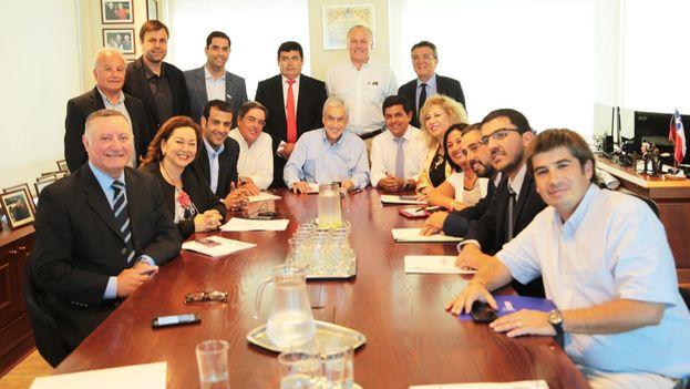 Sebastián Piñera junto a representantes municipales de Chile esta semana. (@sebastianpinera)