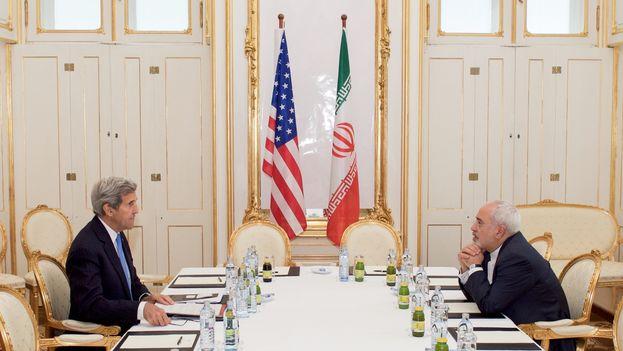 John Kerry, Secretario de Estado de EE UU reunido con su homólogo iraní Javad Zarif durantes las negociaciones nucleares en Viena el pasado julio. (Depto de Estado)