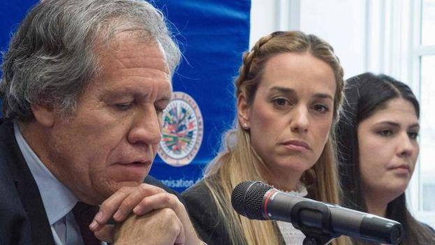 El Secretario General de la OEA, Luis Almagro y activistas venezolanos durante una conferencia de prensa este lunes. (EFE)