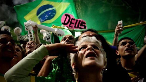 Seguidores de Jair Bolsonaro celebran su vitoria en Sao Paulo. (EFE/Fernando Bizerra)