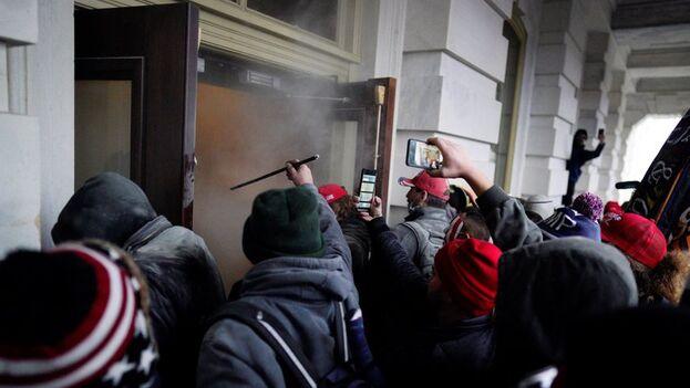 Seguidores del presidente Donald Trump irrumpen en el Capitolio, sede del Congreso estadounidense, en Washington, el pasado 6 de enero. (EFE/Will Oliver)