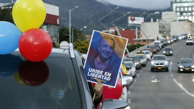 Seguidores del expresidente Alvaro Uribe protestaron este viernes en Bogotá, Colombia. (EFE/ Mauricio Dueñas Castañeda)
