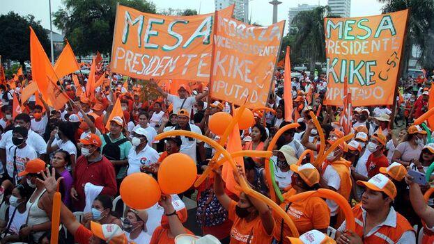 Seguidores de la alianza Comunidad Ciudadana en un acto electoral en Santa Cruz. (EFE/Juan Carlos Torrejón)