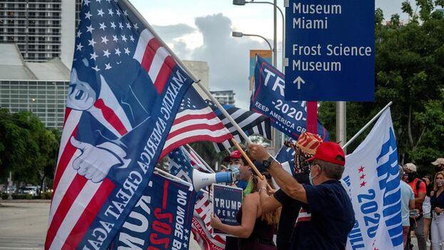 Seguidores y votantes de Trump ante el Perez Art Museum. (EFE/ Cristobal Herrera- Ulashkevich)