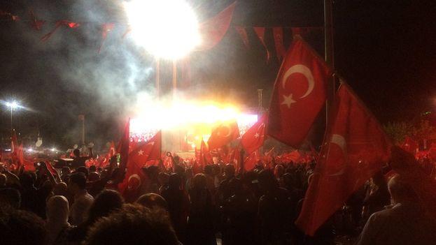 Seguidores de Erdogan se manifiestan en la plaza Taksim de Estambul para mostrar apoyo al presidente. (Twitter)