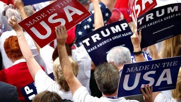 Seguidores de Trump enarbolan carteles en respaldo al nuevo candidato a la presidencia de la nación. (EFE)
