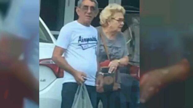 El exoficial de la Seguridad del Estado de Cuba, Saúl Santos Ferro, junto a su esposa. (Captura de Pantalla)