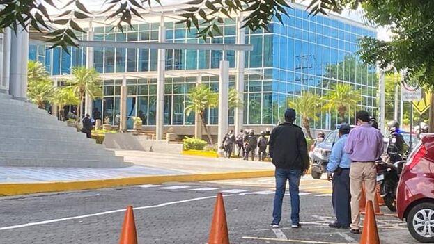 Un miembro del equipo de 'Esta Semana' y 'Confidencial', el camarógrafo Leonel Gutiérrez, fue retenido ilegalmente. (Confidencial)