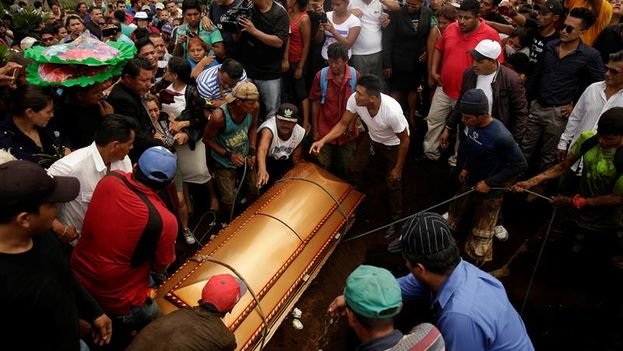 Sepelio de la familia Pavón, asesinados en un incendio provocado en las afueras de Managua. (EFE/Rodrigo Sura)