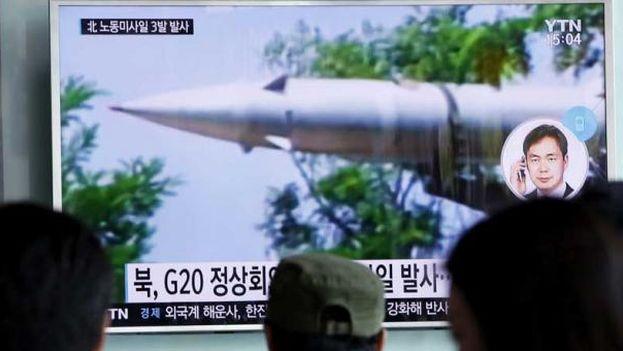Un informativo en Seúl, Corea del Sur, informa sobre el lanzamiento, por parte de Corea del Norte, de tres misiles balísticos al Mar de Japón. (EFE)