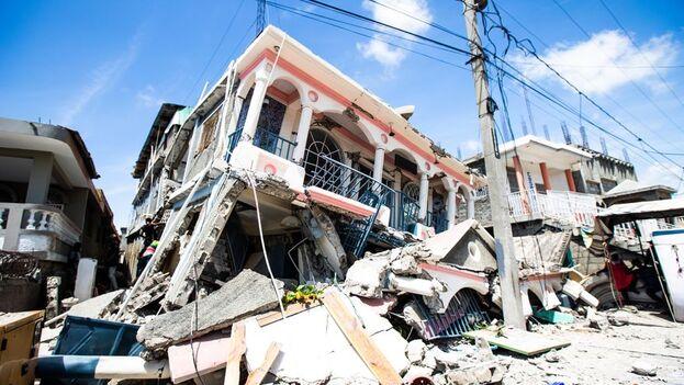 Sigue habiendo mucha gente bajo los escombros en Haití, informó el primer ministro, Ariel Henry. (EFE/Ralph Tedy Erol)