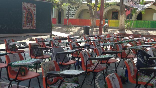 Sillas que recuerdan a los 43 estudiantes de la Escuela de Ayotzinapa desaparecidos en Iguala hace un año. (14ymedio)