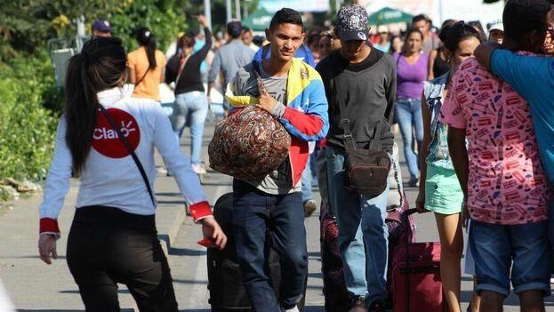 Más de 35,000 venezolanos cruzaban diariamente el puente internacional Simón Bolívar que conecta a Colombia con Venezuela en busca de alimentos, cuidados de salud y libertad. (Mario J. Pentón)