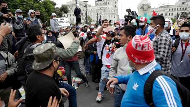 """Simpatizantes de Pedro Castillo y Keiko Fujimori mantienen un altercado durante una movilización """"contra el comunismo"""" hoy en la Plaza San Martín en Lima (Perú). (EFE/Paolo Aguilar)"""