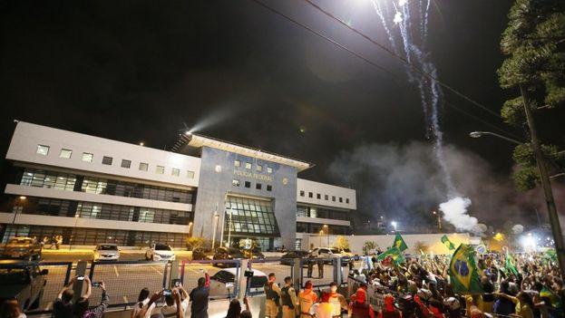 Simpatizantes y detractores del expresidente brasileño Luiz Inácio Lula da Silva se concentran frente a la sede de la Policía Federal. (EFE)