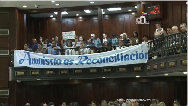 Simpatizantes de la MUD despliegan una pancarta en el parlamento demandando una Ley de Amnistía. (@unidadvenezuela)