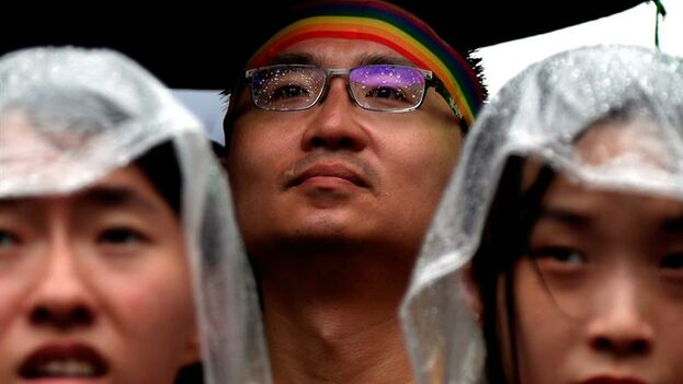 Simpatizantes del colectivo homosexual se concentran a las puertas del Parlamento. (EFE/ Ritchie B. Tongo)