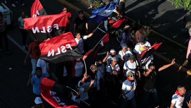 Simpatizantes del gobernante Frente Sandinista de Liberación Nacional en la marcha de este martes en Managua. (EFE/Mario López)