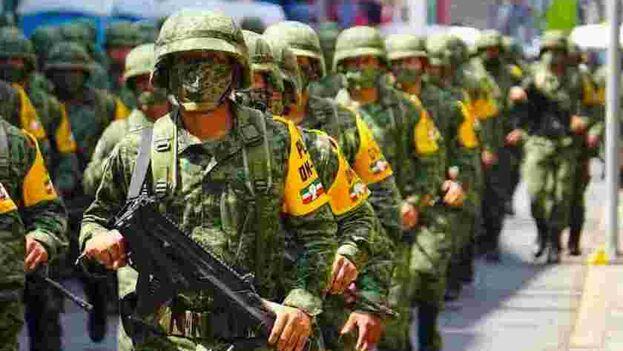 """Soldados del Ejército Mexicano en la """"Ceremonia de presentación de los agrupamientos organizados, equipados y adiestrados para el rescate humanitario"""", en la ciudad de Tapachula (Chiapas), desplegados para contener el creciente flujo migratorio. (EFE/Juan Manuel Blanco"""