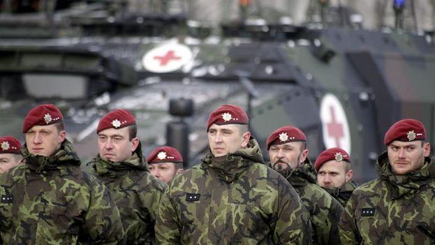 Soldados participan en la ceremonia de bienvenida a las primeras tropas del batallón de Presencia Avanzada de la OTAN (EFE)
