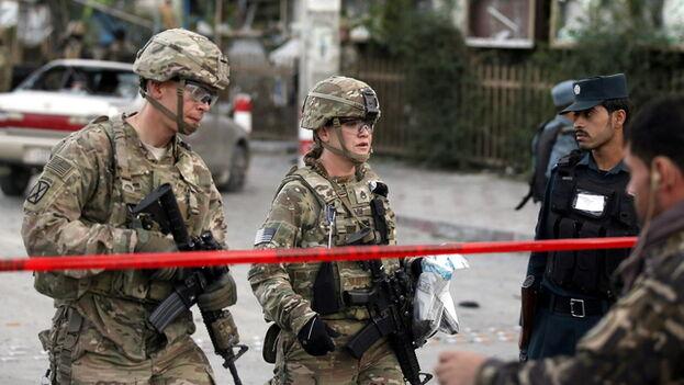 Soldados estadounidenses atienden una emergencia en Kabul. (EFE)